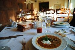 Soupe à la viande épicés avec nouilles au œufs et yaourt à l'ail